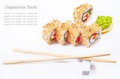 Rodillo del sushi con el sésamo, pimienta dulce, pepino Fotos de archivo libres de regalías