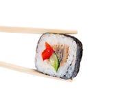 Rodillo del sushi con la anguila, la pimienta dulce y el pepino Foto de archivo libre de regalías