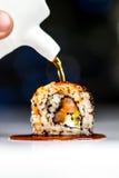 Rodillo del sushi con la salsa de soja Fotos de archivo