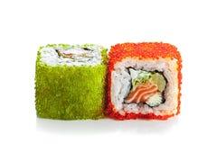 Rodillo del sushi con los salmones y la freza Imagen de archivo libre de regalías