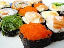 Rodillo del sushi en la placa blanca Foto de archivo