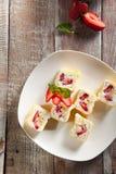 Rodillo dulce del sushi de la fruta foto de archivo