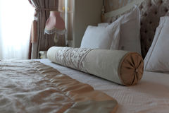 Rodillo en la cama matrimonial Imágenes de archivo libres de regalías