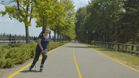 Rodillo femenino feliz que goza de freeride al aire libre almacen de video