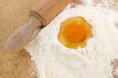 Rodillo, huevo y harina Imagen de archivo libre de regalías