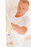 Rodillo maduro de adornamiento casero de la pared de la pintura del hombre Imagenes de archivo