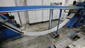 Rodillo que forma la máquina El interior de la planta produciendo un perfil del metal almacen de video