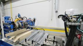 Rodillo que forma la máquina El interior de la planta produciendo un perfil del metal metrajes