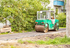 Rodillo que rueda el nuevo asfalto en el pavimento Imágenes de archivo libres de regalías