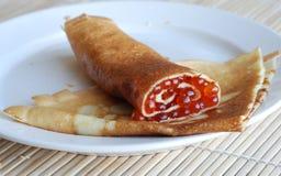 Rodillo rojo del caviar Foto de archivo