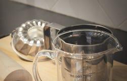 Rodillo, taza de medición y molde de madera de la torta Foto de archivo libre de regalías