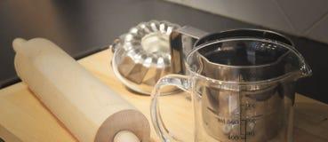 Rodillo, taza de medición y molde de madera de la torta Fotografía de archivo libre de regalías