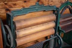 Rodillo viejo para el quehacer doméstico Dispositivos que facilitan el quehacer doméstico en a fotografía de archivo