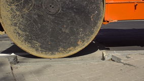 Rodillos de camino durante trabajos de la compactación del asfalto almacen de video
