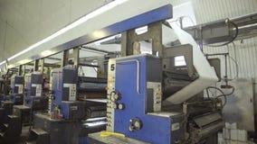 Rodillos de la limpieza en las máquinas en planta antes de imprimir almacen de metraje de vídeo