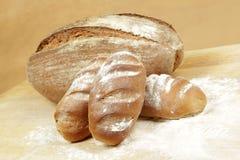 Rodillos de pan de Rye en un tablero para cortar el pan Foto de archivo
