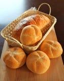 Rodillos de pan en cesta Imagenes de archivo