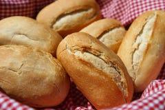 Rodillos de pan en cesta Imágenes de archivo libres de regalías