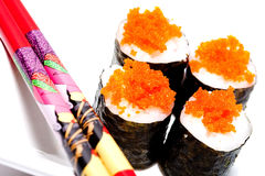rodillos de sushi con los huevos de peces de color salmón Fotos de archivo
