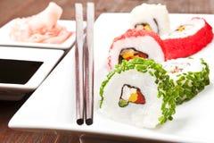 Rodillos de sushi de California. Fotografía de archivo