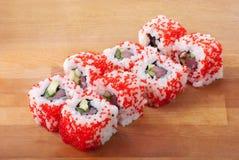 Rodillos de sushi de California en la placa de madera Imagen de archivo