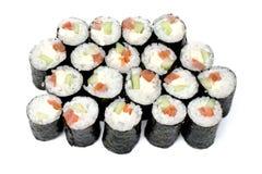 Rodillos de sushi de Maki con los salmones y el queso de California Imágenes de archivo libres de regalías