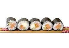 Rodillos de sushi de Maki con los salmones y el queso de California Foto de archivo libre de regalías