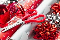 Rodillos del papel de embalaje de la Navidad Fotografía de archivo