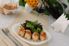 Rodillos del pollo rellenos con el queso envuelto en tocino Imagenes de archivo