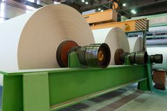 Rodillos enormes apenas del papel manufacturado fotografía de archivo