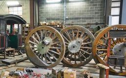 Rodillos impulsores de la locomotora de vapor que son restaurados Fotos de archivo