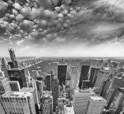 Środka miasta Manhattan powietrzna linia horyzontu, Miasto Nowy Jork przy lato zmierzchem Zdjęcia Royalty Free