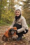 Środkowy ager siedzi z psem Zdjęcie Royalty Free