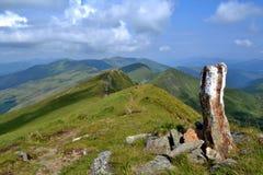 Rodna berg i Rumänien - bevaka stenen på kanten Royaltyfri Foto