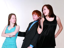 rodna pojkestridighetflickor över teen Royaltyfria Foton
