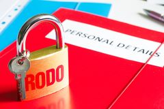 Rodo personligt dataskydd med hänglåset och personligt detaljbegrepp arkivbilder