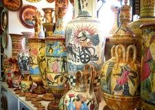 RODOS海岛,希腊, 2013年6月22日:在手工制造被绘的古典希腊语石头水罐,粗陶器水罐,投手,深紫红色水罐, ju的看法 库存照片