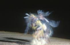 Rodowitego Amerykanina tancerz w ruchu przy Plemienną ceremonią, Gallup, Nowy - Mexico fotografia stock