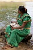 Rodowity Amerykanin kobieta z dzieckiem, indianin Fotografia Stock