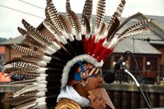 Rodowity Amerykanin plemienna grupa bawić się muzykę Fotografia Stock