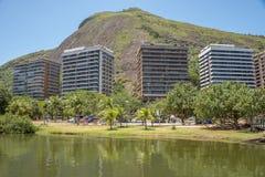 Rodrigo de Freitas Lagoon och fyra bostads- hus för elit mot bakgrunden av en kulle på det Lagoa området royaltyfria bilder