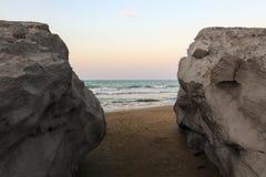 Rodzaj na morzu między skałami obrazy stock