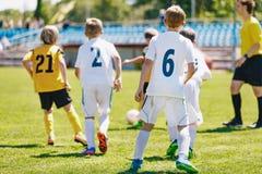 Rodzaj piłki nożnej drużyna bawić się futbolowego dopasowanie Młodzieżowa piłka nożna turnieju gra obrazy stock
