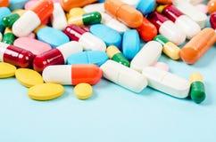 Rodzajowa recepturowa medycyna narkotyzuje pigułki i asortowanego pharmaceu zdjęcia royalty free