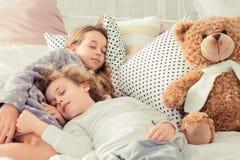 Rodzeństwa śpi w łóżku obraz stock