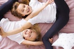 Rodzeństwa bawić się w łóżku obraz royalty free