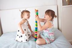 Rodzeństwa bawić się w konstruktorze, w istnym wnętrzu Obrazy Royalty Free