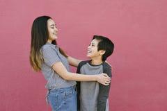Rodzeństwa Czule momentu przytulenie i Śmiać się z Each inną zabawą brata i siostry obraz stock