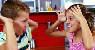 Rodzeństwa dokucza each inny w żywym pokoju zbiory