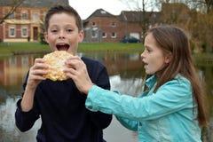 Rodzeństwa i strój jednoczęściowy tort zdjęcia royalty free